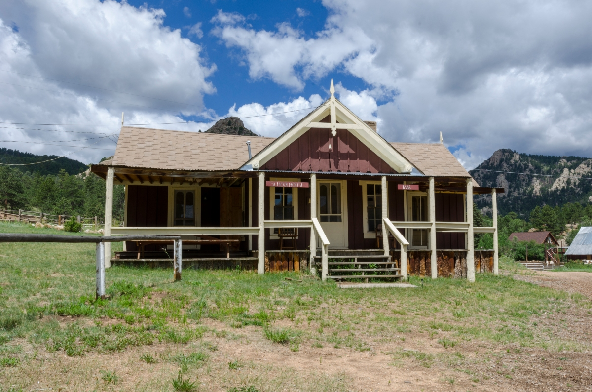 Rent Estes Park cabins & rooms at the Elkhorn Lodge